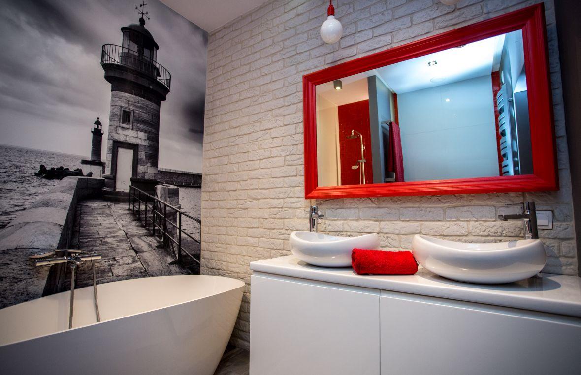 łazienka z białą cegłą