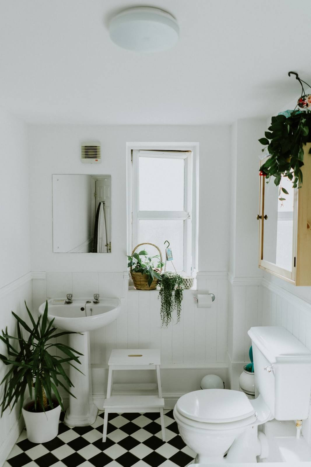 biała łazienka z podłogą w szachownicę