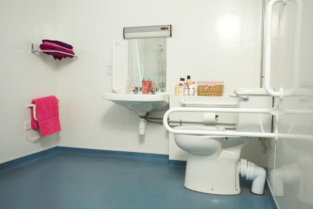 łazienka z rozwiązaniami dla niepełnosprawnych