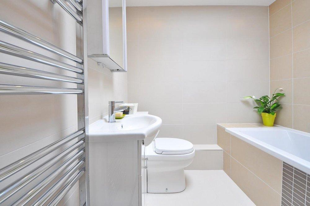minimalistycznie zaprojektowana łazienka