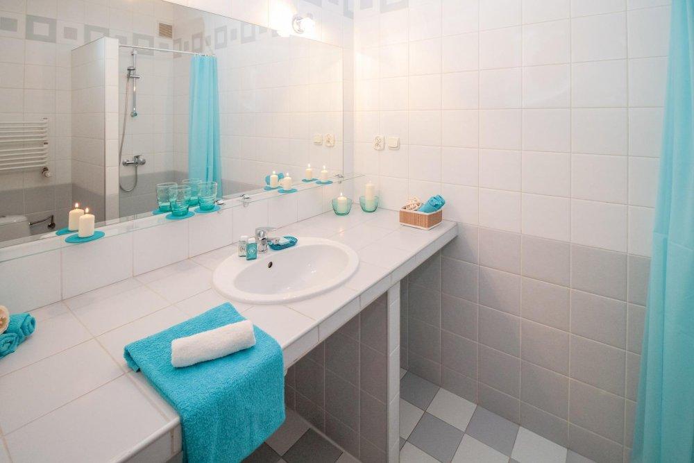 aranżacja łazienki z niebieskimi akcentami