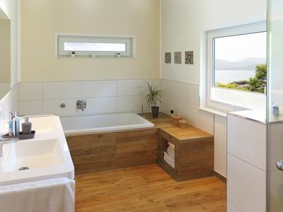 Biała łazienka Z Drewnianą Podłogą Jak Ją Zaaranżować
