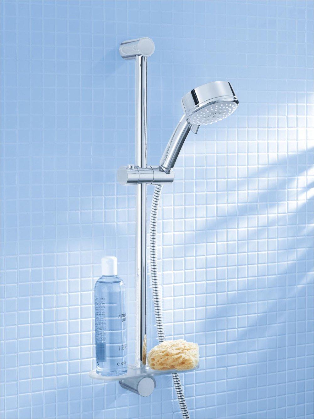 Prysznic z niebieskimi kafelkami.