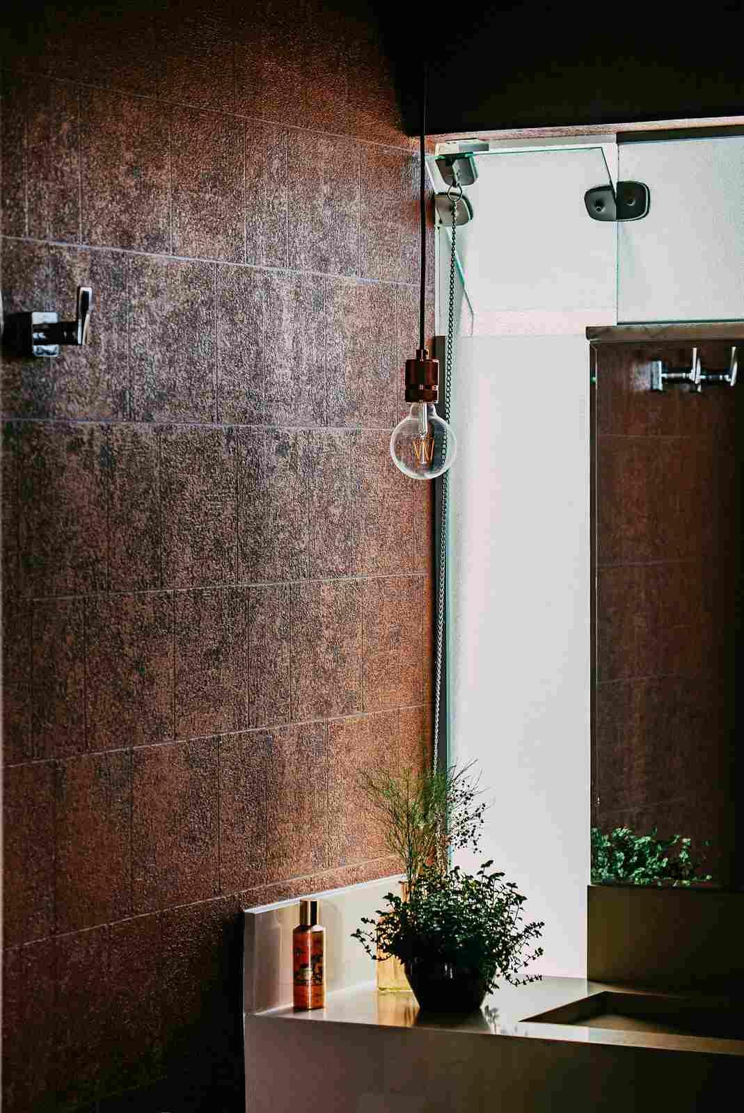 ciemna łazienka z wiszącą lampą