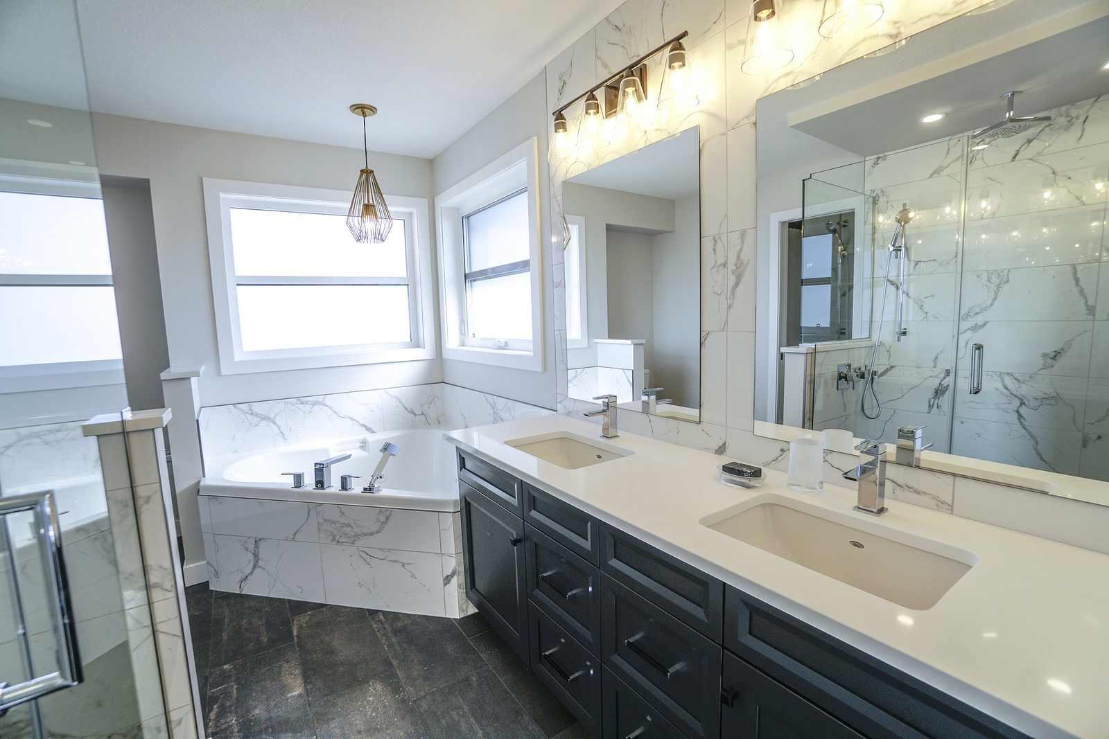 łazienka z dodatkowym oświetleniem nad wanną
