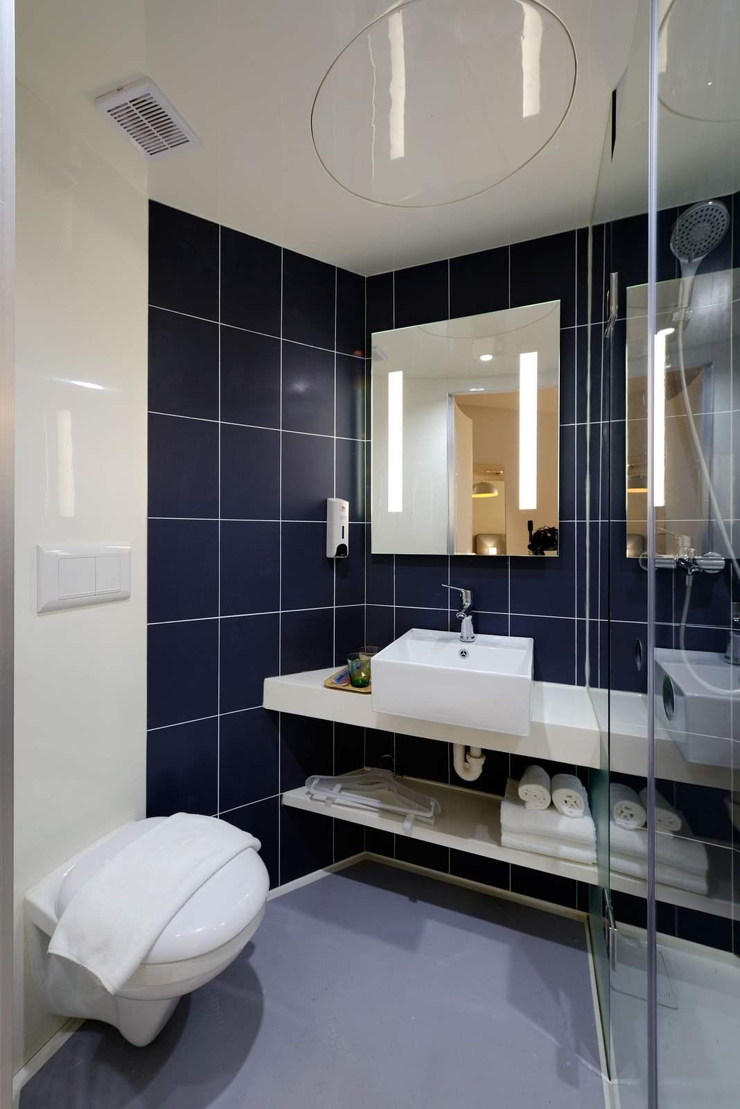 Łazienka z lustrem oświetlonym z dwóch stron
