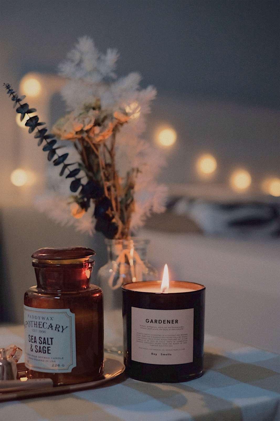 świeczki i zioła w wazonie